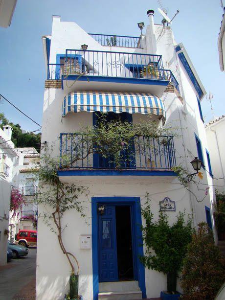 immeuble blanc et bleu à ojen