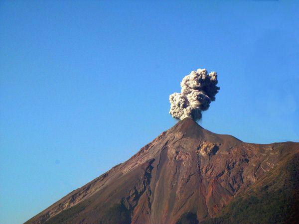 ANTIGUA-guatemala volcan.jpg