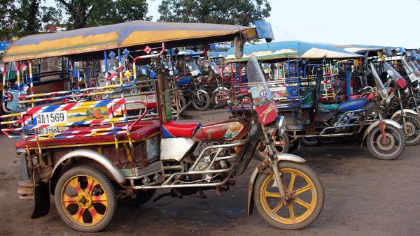 Photo de gare de tuk tuk au Laos.jpg