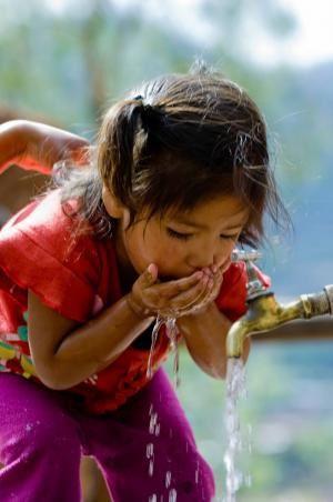 Nina-tomando-agua1.jpg