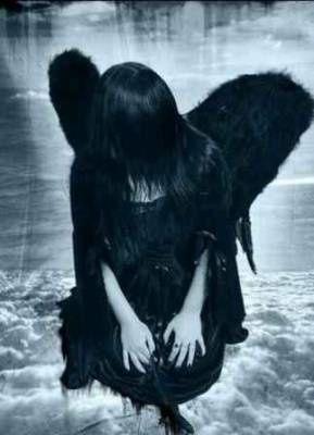 ange noir a genoux