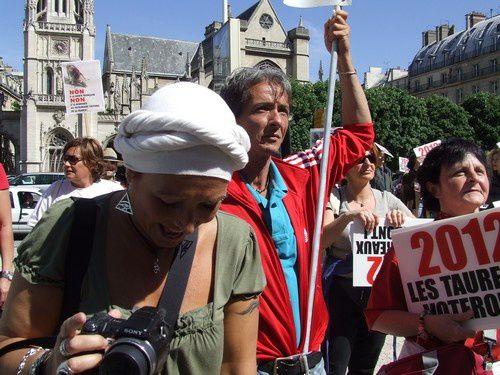 galgos-ethique-europe-manif-28mai2011-paris-taurom-copie-3.jpg