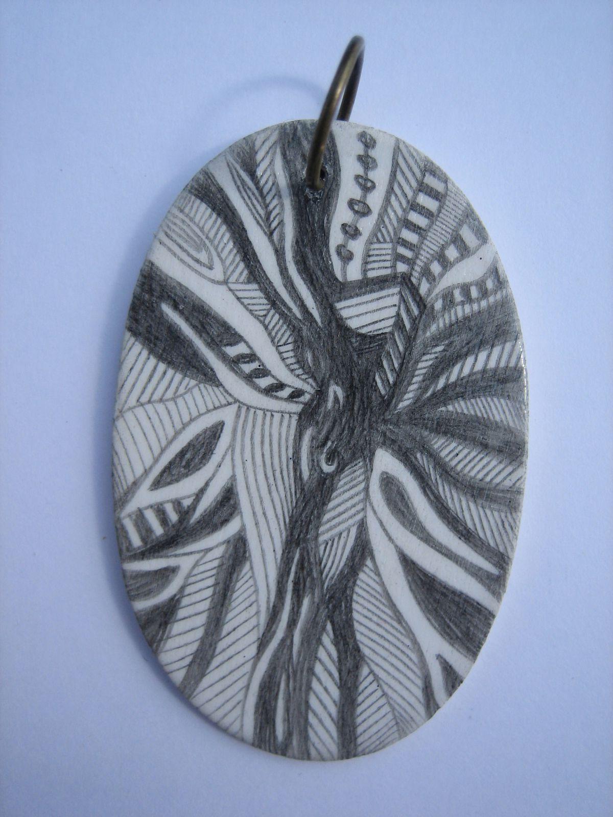 pendentif en bois peint gris et blanc
