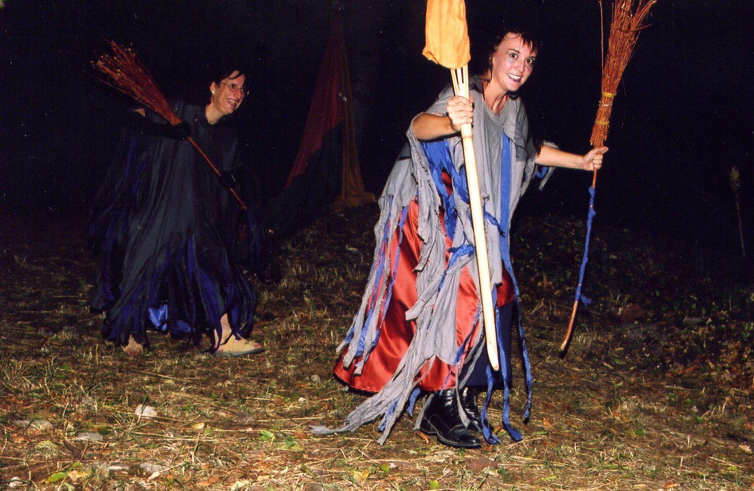 Premier spectacle des Mattagumber au château de Ferrette, les 20-21-27-28 août 2003.En trois tableaux : I. La journée de travailII. Le crépuscule des elfesIII. La nuit des sorcières