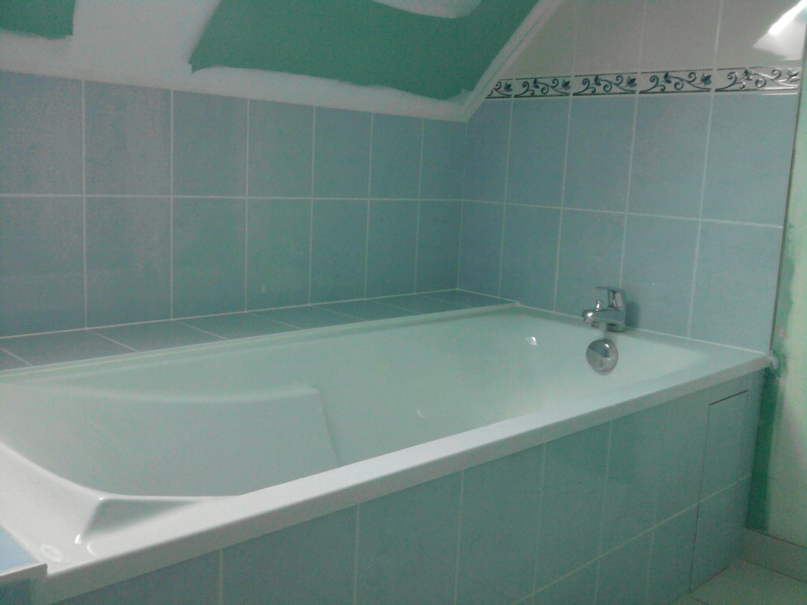 Pose de faience dans une douche maison design for Pose faience douche