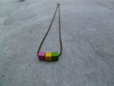 collier-carre-fluo.jpg