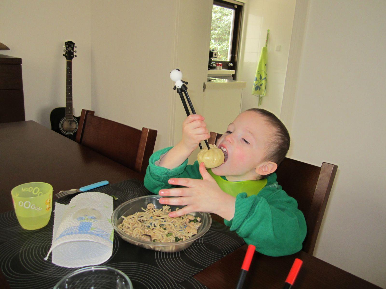 Manger avec des baguettes chinoises le blog des iss ens shanghai - Comment tenir des baguettes chinoises ...
