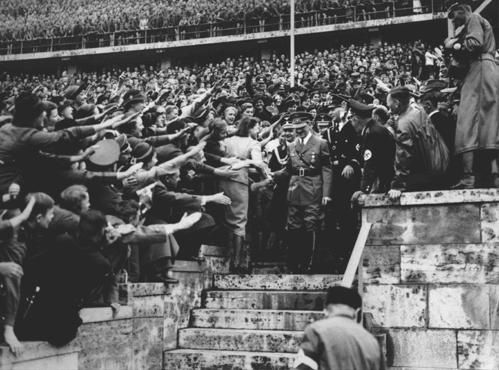 Allemagne-Foule-acclamant-Hitler-Stade-Olympic-Berlin--36--.JPG