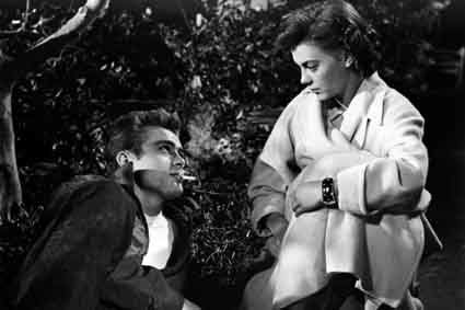 Rebel-without-a-cause---James-Dean-et-Natalie-Wood.jpg