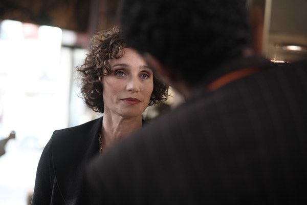 Kristin Scott Thomas et Ramzy Bedia (de dos). Warner Bros. France