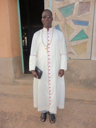 Mgr salue la communauté après la messe de Jeudi (13)