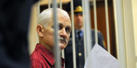ales-bialiatski-49-ans-dans-un-tribunal-de