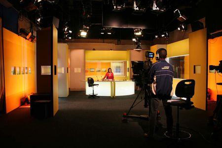 Le plateau du journal télévisé de Télé Réunion. | Source uvre p