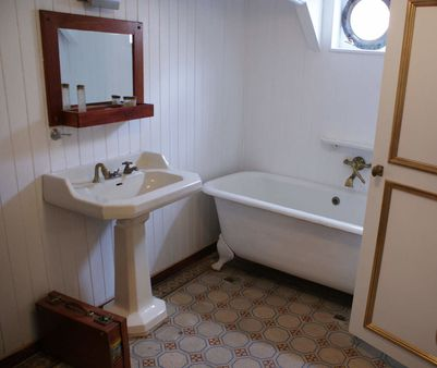 1 Salle de bain et carrelage d'origine du fr:Trois-mâts carré | troi
