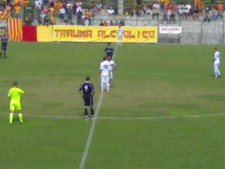 1 giocatori dell' Alghero in maglia bianca battono il calcio d' inizio