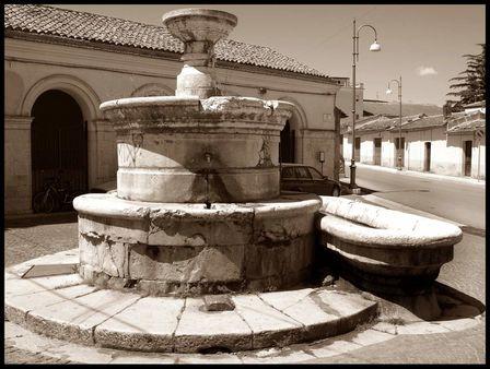 Matera, Basilicata, piazza con fontana in pietra