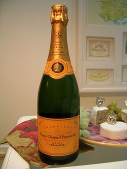 1 Veuve Clicquot bottle - Champagne - France 1 Garrafa de champanhe Ve