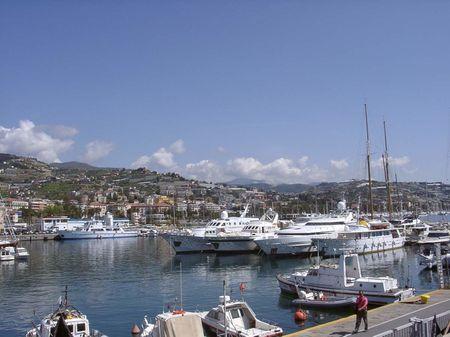 1 Hafen von San Remo im Mai 2008. Auf den Hügeln im Hintergrund sehe