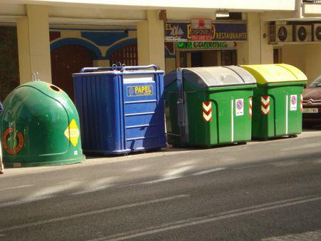 1 Contenedores selectivos de residuos urbanos de Sevilla | Source | Au