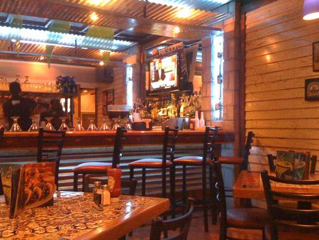 1 The bar and tables in a Chili's reastaurant in Mexico City 1 Barra y