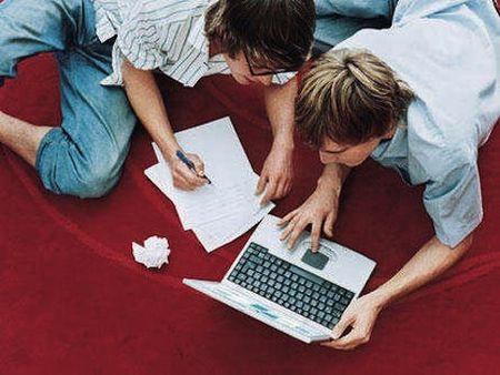 chicos realizando un test de inglés online