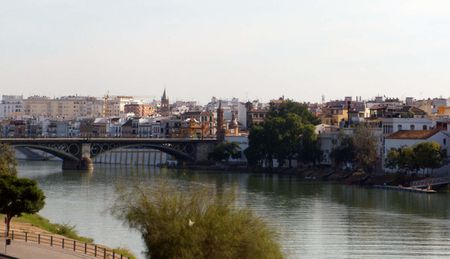1 El barrio de Triana, en Sevilla (España), con el río Guadalquivir