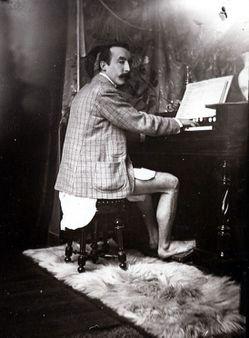 Paul Gauguin tocant l'harmònium a l'estudi d'Alphonse Mucha de la Rue