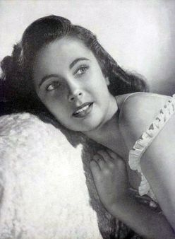 Publicity photo of Elizabeth Taylor for Argentinean Magazine, 1947 (Pr