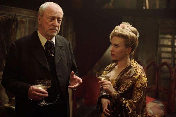 Michael Caine et Scarlett Johansson. Warner Bros. France