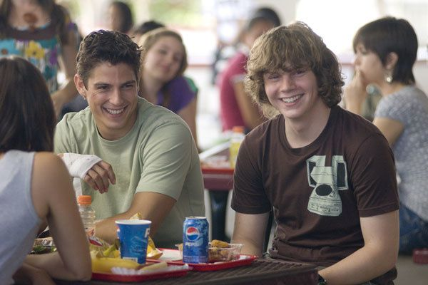 Sean Faris et Evan Peters. SND