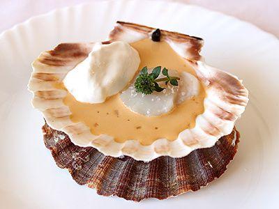 Noix de Saint-Jacques Cuite Attachée à sa Coquille Sauce Corail Citronnée et Sarriette et sa Crème Fouettée au Fumet de Barbes