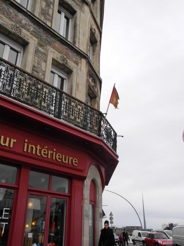 Photos : Les collectivités, les entreprises, les particuliers pavoisent de drapeaux normands.