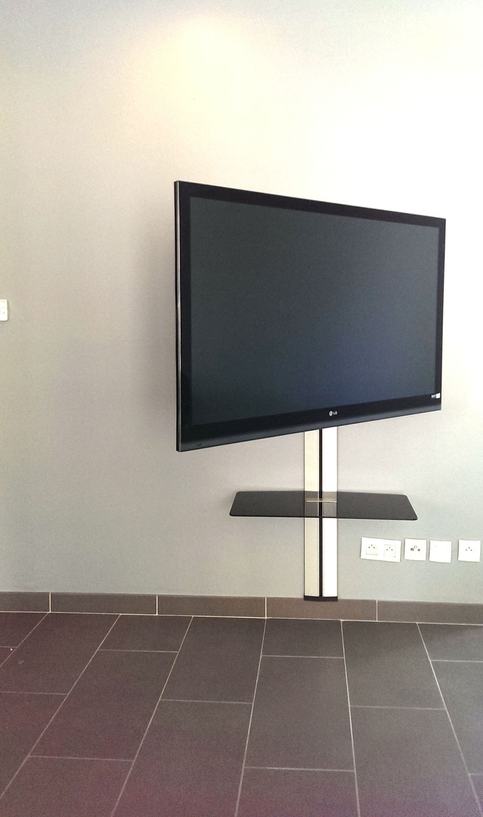 Tv Au Mur Cacher Les Cables Maison Design Bahbe Com # Comment Accrocher Les Planches A Tv Au Mur