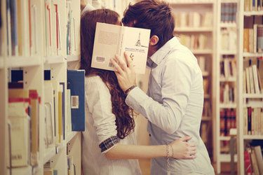 kiss-library-love-couple-kissing-reading-c9a5ce431-copia-1.jpg