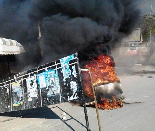 Tizi-Ouzou_-siege-de-la-wilaya-ferme-par-les-manifestants.JPG