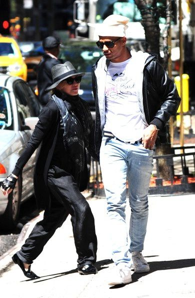 20130505-pictures-madonna-out-about-new-york-08.jpg