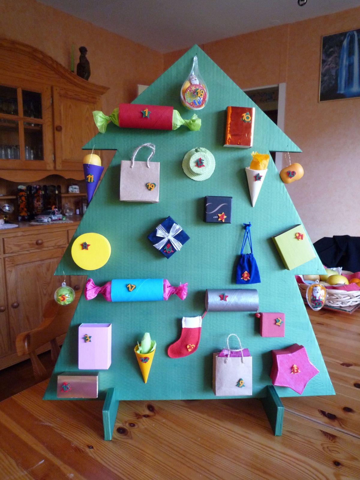 Grand sapin de l'avent (environ 1m) en carton que j'ai réalisé pour ma filleule. Agrémenté de récup en tout genre : rouleaux de papier wc, boites d'allumettes, boîtes à bijoux...