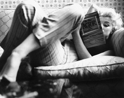 Marilyn-Monroe-at-the-Ambassador-Hotel-reading-a-book-on-19
