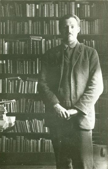 Ernest Hemingway inside Shakespeare and Company (1921)