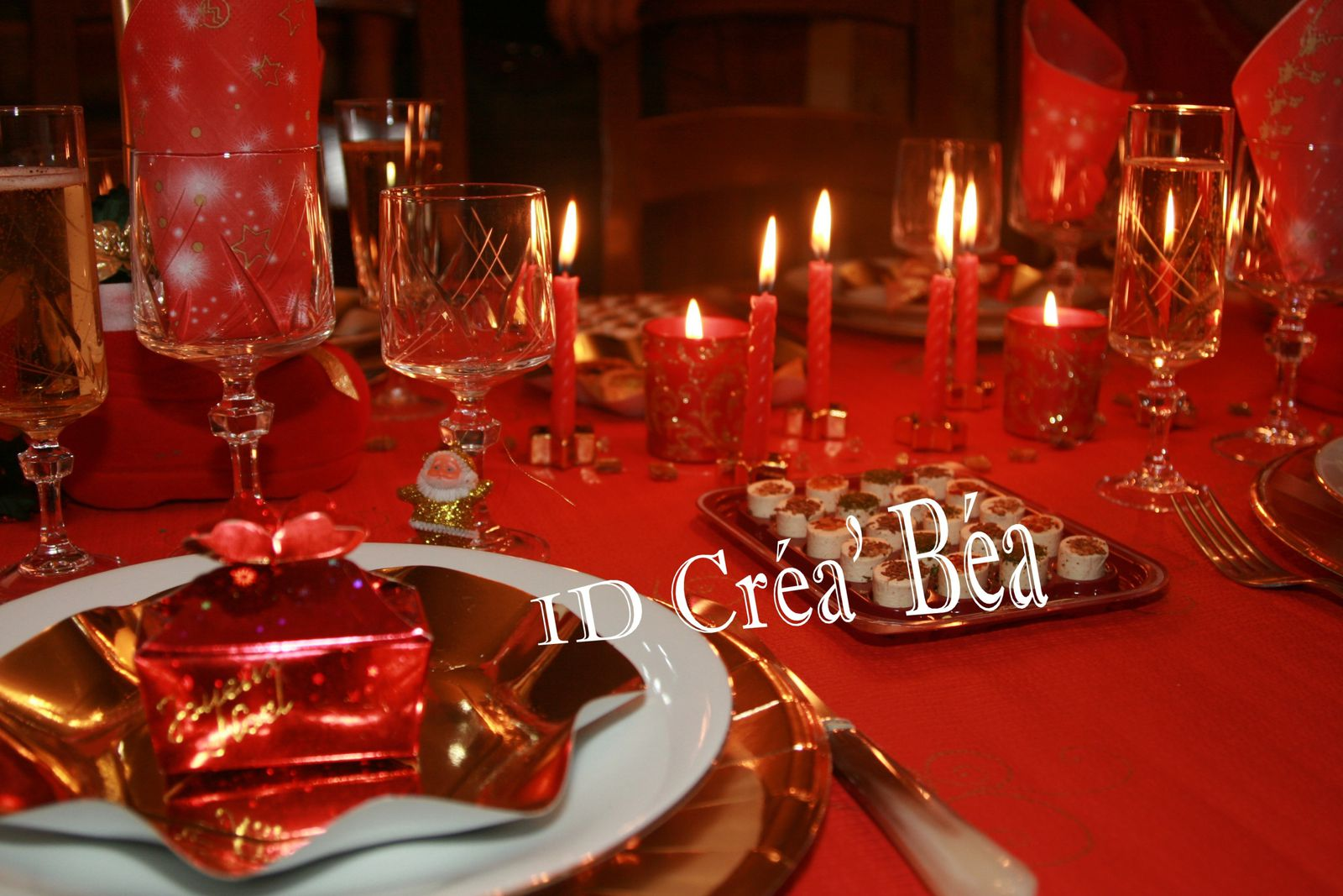 Decoration table de noel rouge et or maison design for Table noel rouge