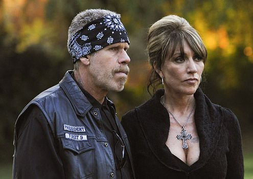 sons_of_anarchy_tv_show_image_katey_sagal_ron_perlman_01.jpg