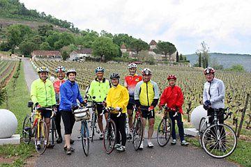 Les Cyclo Bazouges devant le château de Caïx