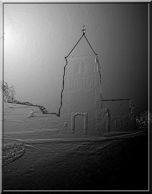 Le jour se lève sur cette église fortifiée de la Thiérache
