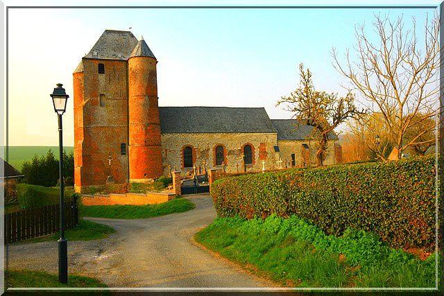 Un clocher fortifié est le secret de cette église