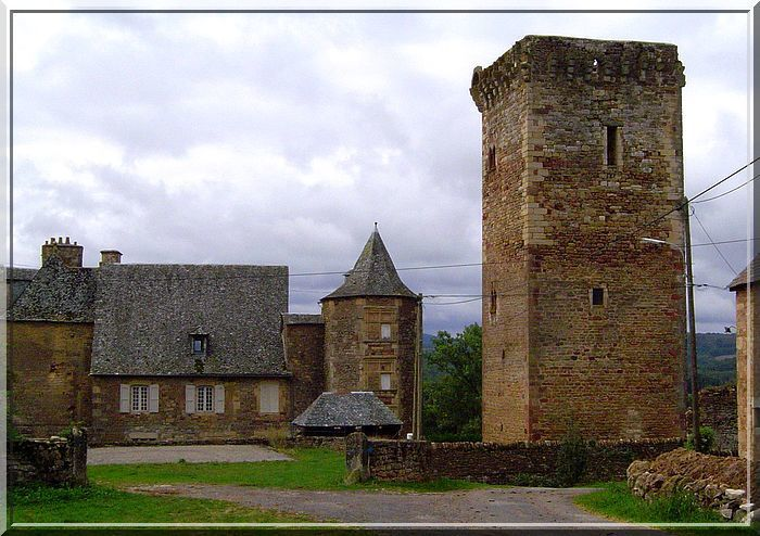 La vieille tour surveille le jeune manoir