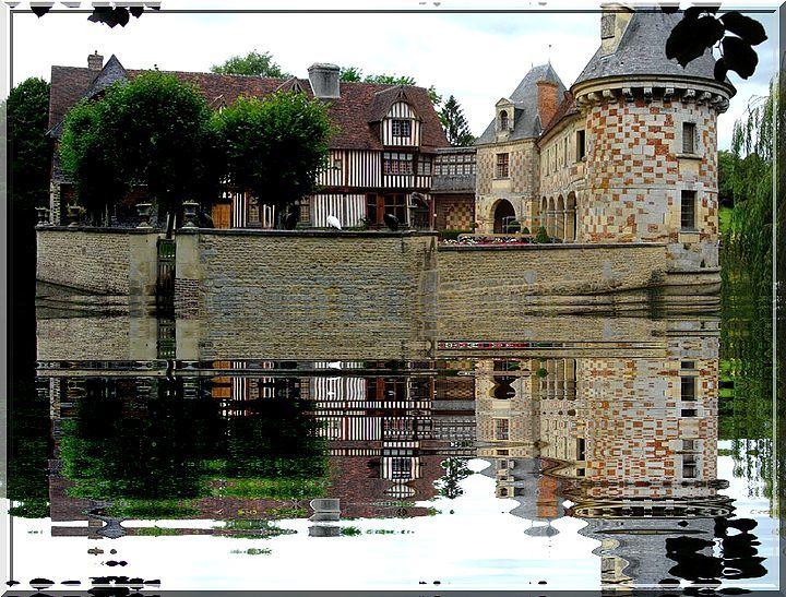 Le miroir des siècles illumine ce vieux château à damiers