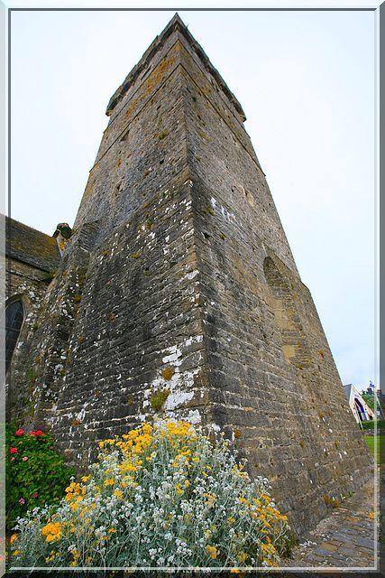 Un clocher-tour digne d'un château fort