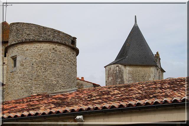 Ces 2 tours représentent 2 époques de construction