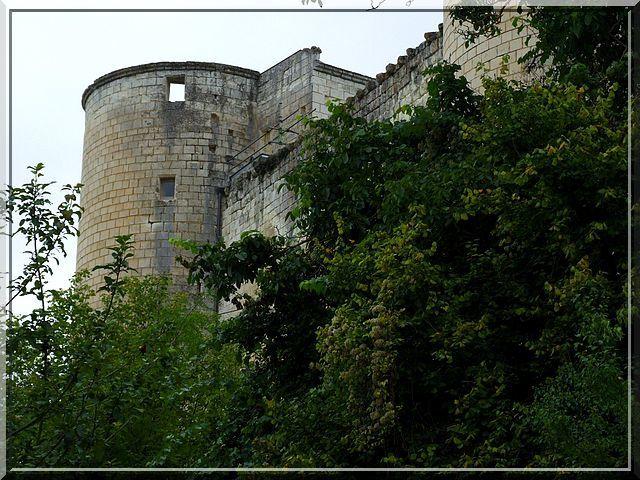 La tour Sud-Est est posée sur un bâtiment rectangulaire