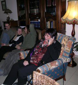 6 Décembre 2005 : Annie à l'écoute téléphonique des messages d'amitiés...
